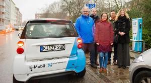 v.l.: Jan Christoph Kersig, Philipp Kersig, Anja Kreißler, Sönke Schuster, Cornelia La Loggia - Stadtwerke weihen neue Ladesäule für E-Autos in der Mittelstraße in Kiel ein.